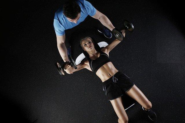 Frau mit Personaltrainer