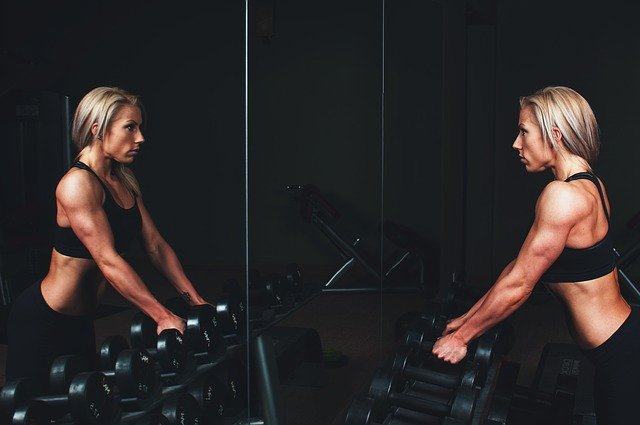Spiegelbild einer trainierten Frau
